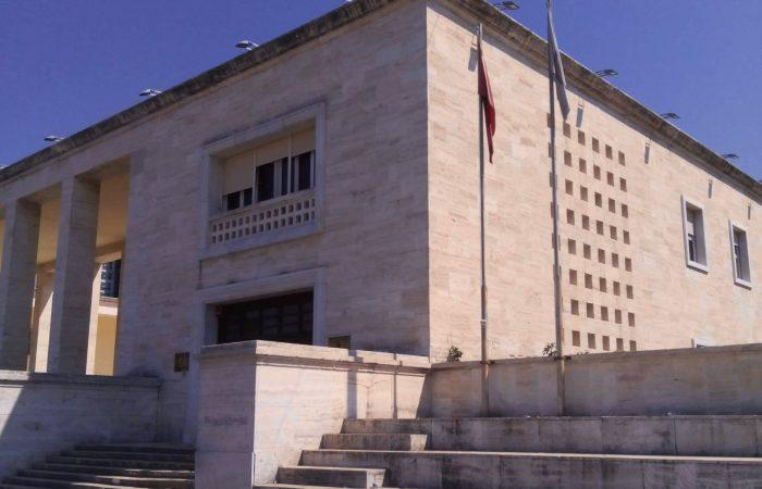 Kërkohen sugjerime nga stafi dhe studentët e Universitetit të Tiranës referuar aktiviteteve të Qendrës së vizitorëve në Kuvendin e Shqipërisë