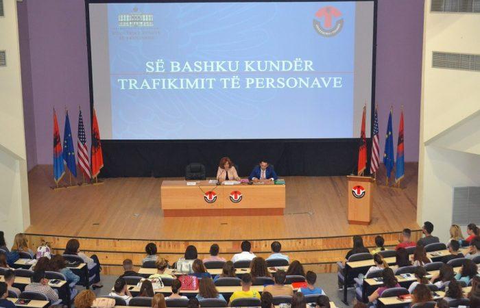 Takim ndërgjegjësues me studentë të Universitetit të Tiranës mbi çështjet e Antitrafikut