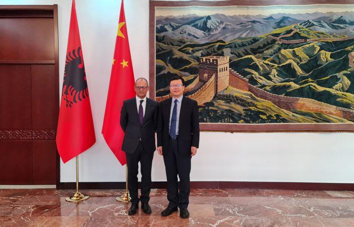 Rektori i Universitetit të Tiranës, Prof. Dr. Artan Hoxha, zhvilloi një takim me Sh.T.Z. Zhou Ding, Ambasador i Republikës Popullore të Kinës në Tiranë