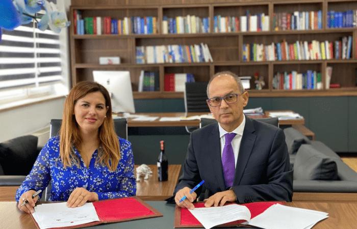 Rektori i Universitetit të Tiranës, Prof. Dr. Artan Hoxha dhe zj. Sonila Hysi, Drejtor Ekzekutiv Agjencia Kombëtare e Diasporës, nënshkruan një marrëveshje bashkëpunimi midis dy institucioneve